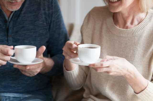 コーヒーを飲む高齢者