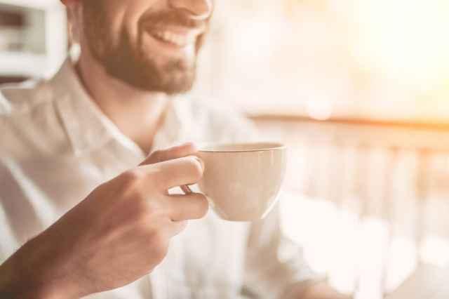 コーヒーを飲む健康的な男性