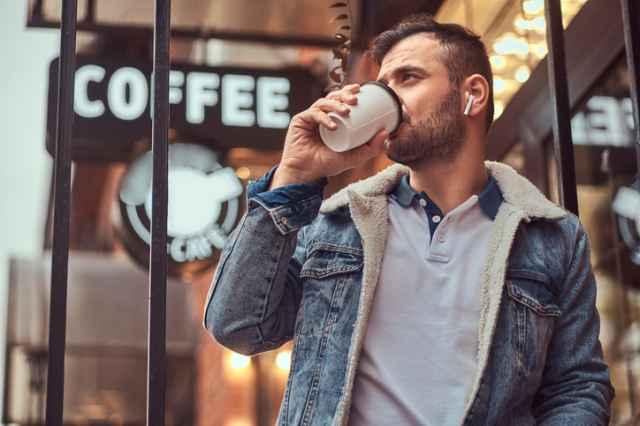 ブラックコーヒーを飲む男性