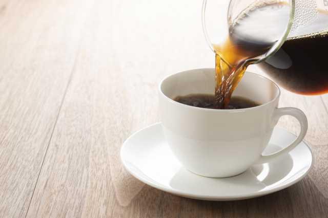 アメリカンコーヒーをカップに注ぐ