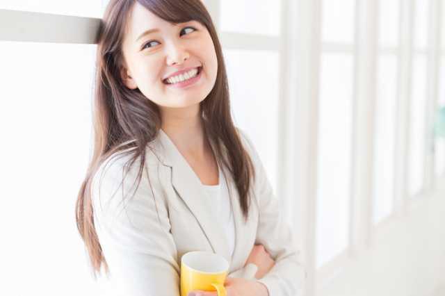 珈琲を飲む健康的な女性