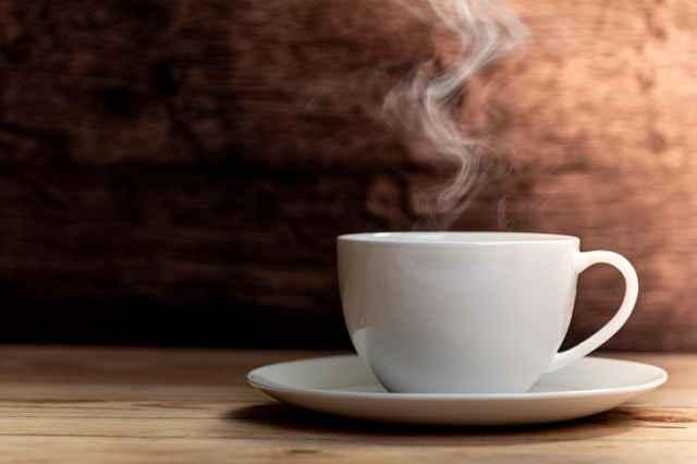 湯気が立ったホットコーヒー