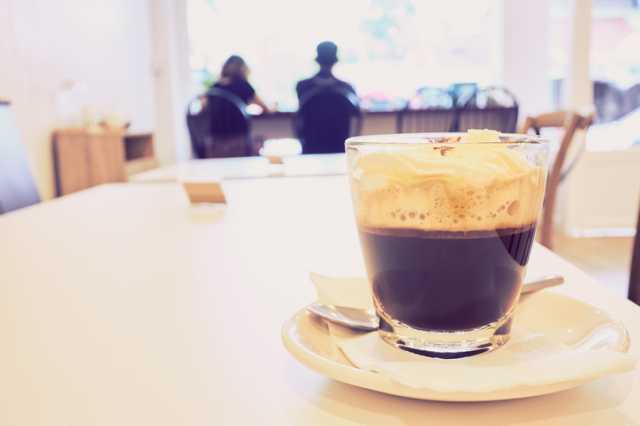 カフェテーブル上のウインナーコーヒー