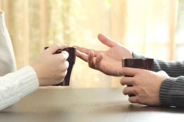 コーヒーを手に持つ二人
