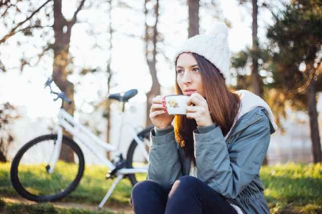 運動前にコーヒーを飲む女性