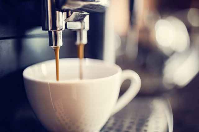 マグカップにコーヒーを注ぐ