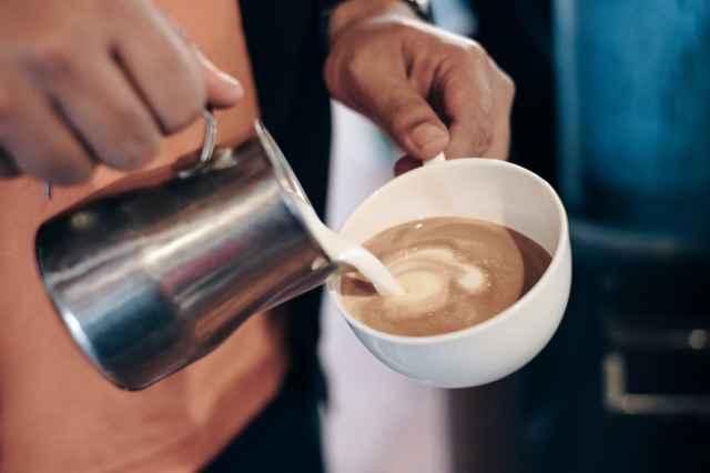 コーヒーにミルクを注ぐ