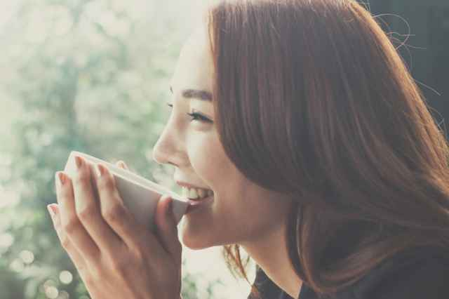 ウインナーコーヒーを飲む女性