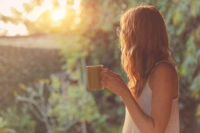 ダイエットのためにコーヒーを飲む女性