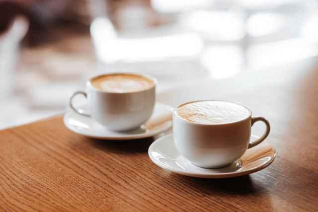 テーブル上のコーヒーカップ