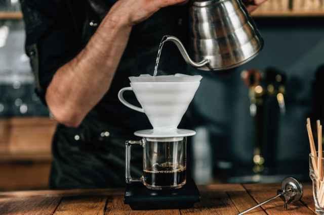 コーヒーを淹れるバリスタ