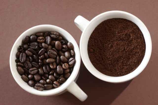 コーヒー豆と挽いたコーヒー粉