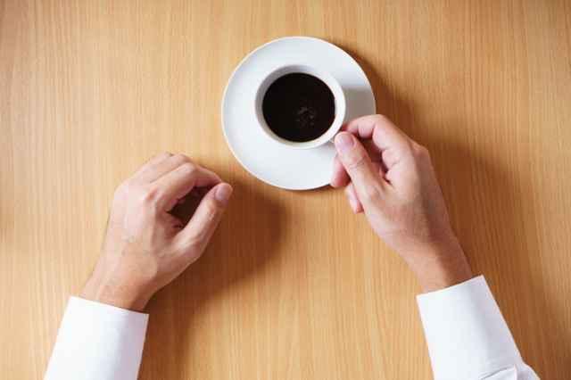 ブラックコーヒーを飲む人