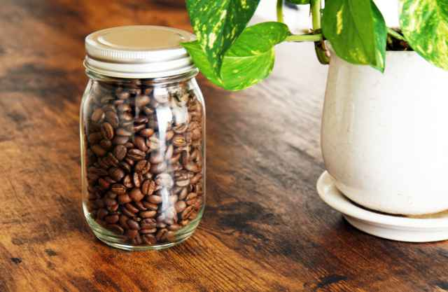 瓶に入った少量のコーヒー豆