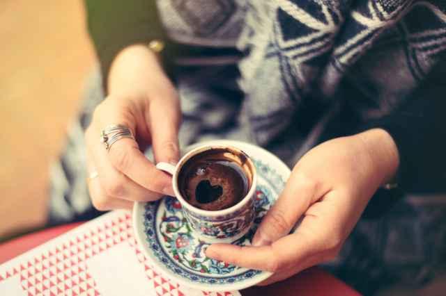 トルココーヒーを飲む人