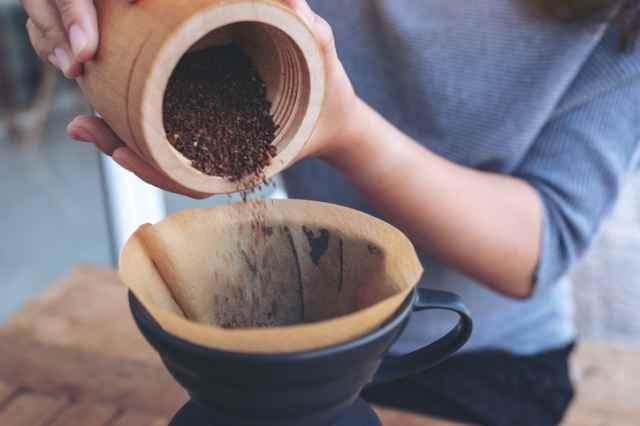 挽いたコーヒー粉をフィルターに入れる
