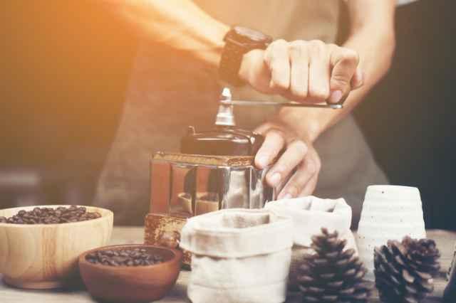 コーヒー豆を挽く人