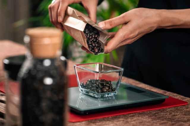 コーヒー豆の重量を計量する