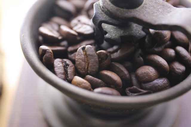 コーヒー豆が入ったミル