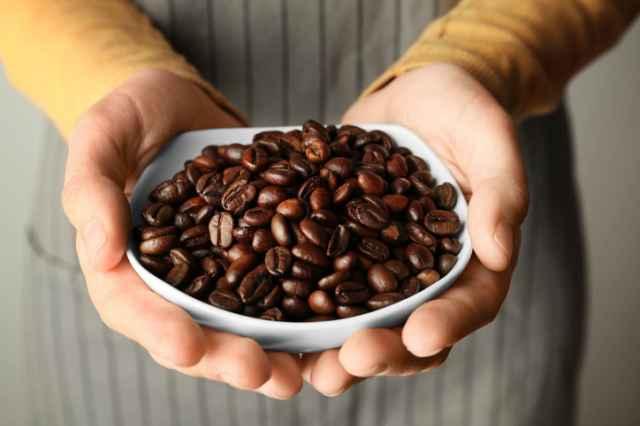 お皿の上のコーヒー豆