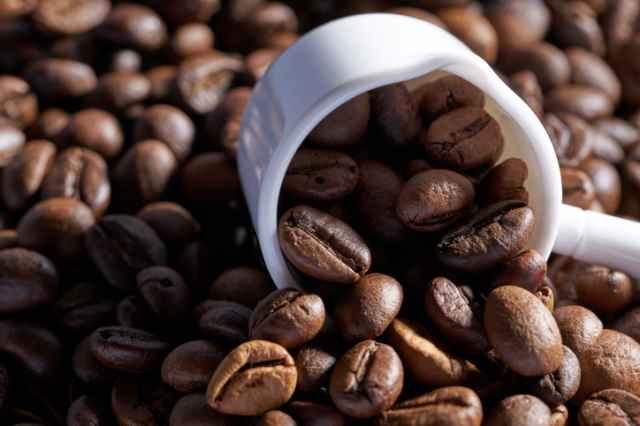 コーヒー豆とメジャースプーン