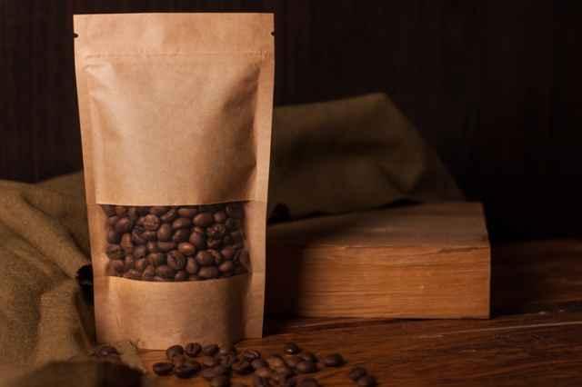 パッケージ入りのコーヒー豆