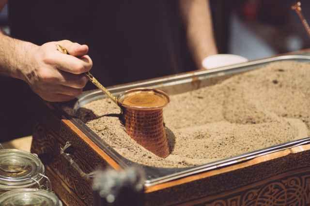砂の中でコーヒーを加熱する