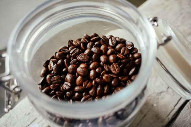 保存容器に入ったコーヒー豆