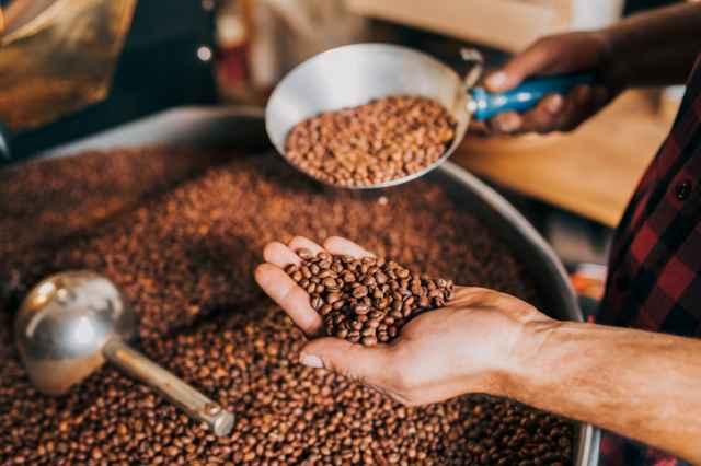 焙煎機で焙煎したコーヒー豆