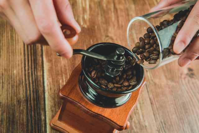 ミルでコーヒー豆を挽く