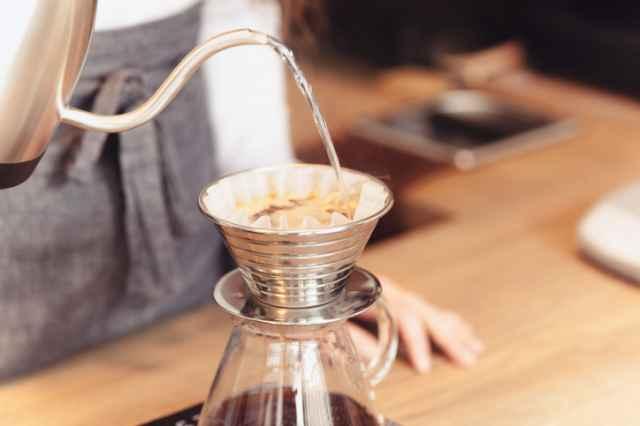 コーヒーを淹れる人