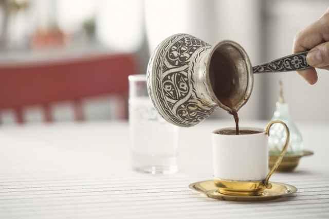 トルココーヒーをカップに注ぐ