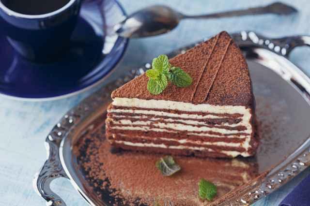 苦味が特徴の珈琲と甘いケーキ
