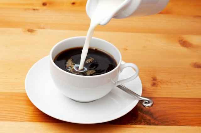 ブラックコーヒーにミルクを入れる
