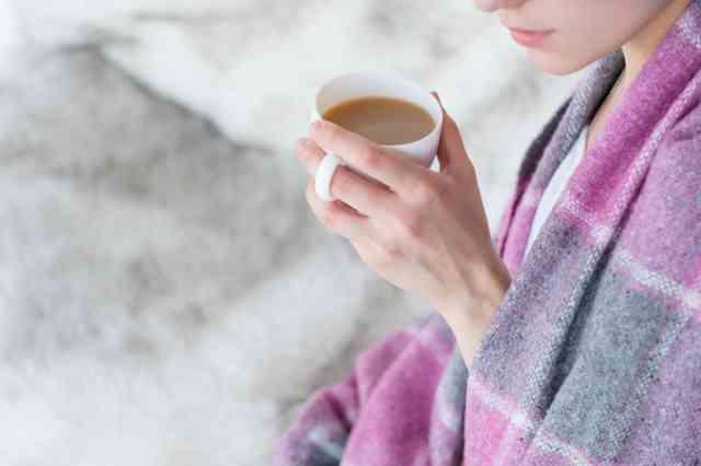 風邪気味でコーヒーを飲む人
