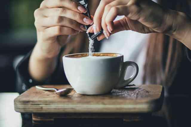 コーヒーに砂糖を入れる人