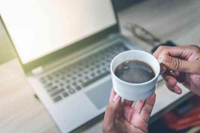 仕事中にコーヒーを飲む