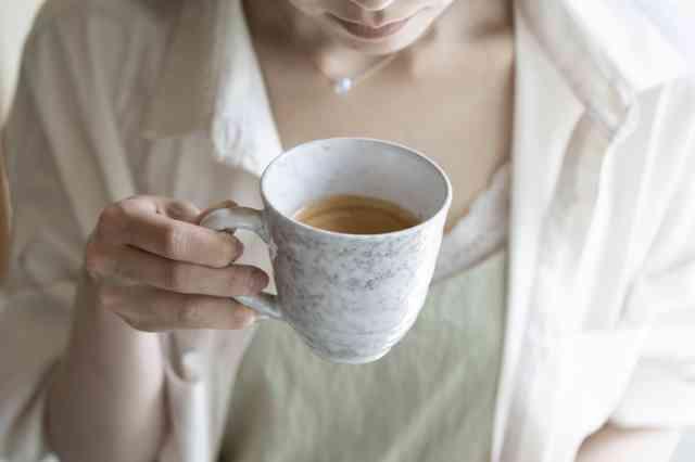 代用コーヒーを飲む人