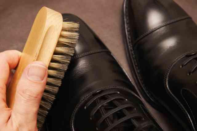 革靴を磨く