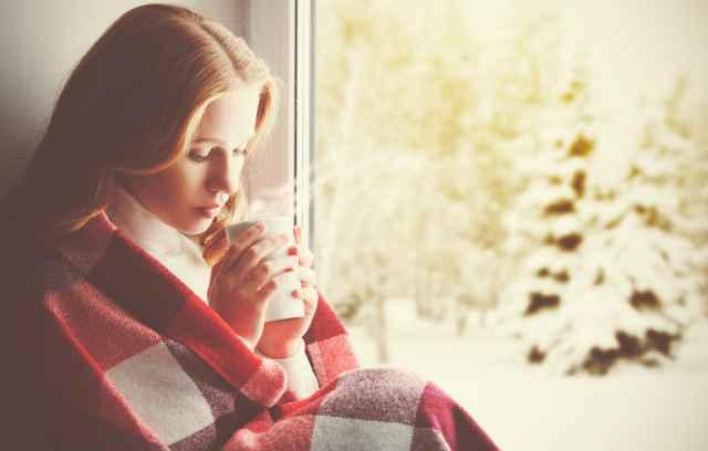 体を温めるためにホットコーヒーを飲む人