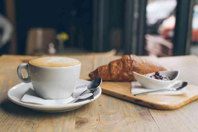 朝食にコーヒーを飲む