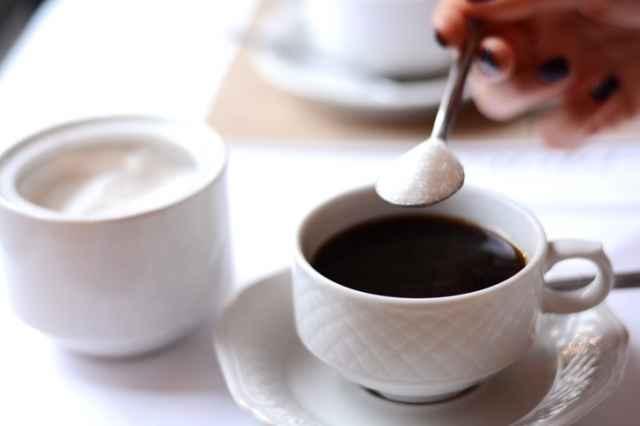 ブラックコーヒーに砂糖を入れる