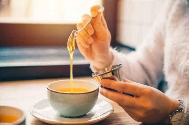 はちみつをコーヒーに入れる