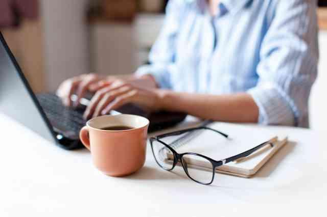 仕事をしながらコーヒーを飲む人