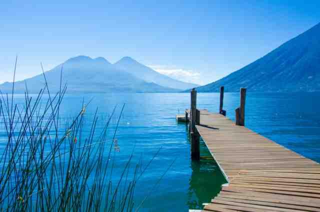グアテマラのアティトラン湖