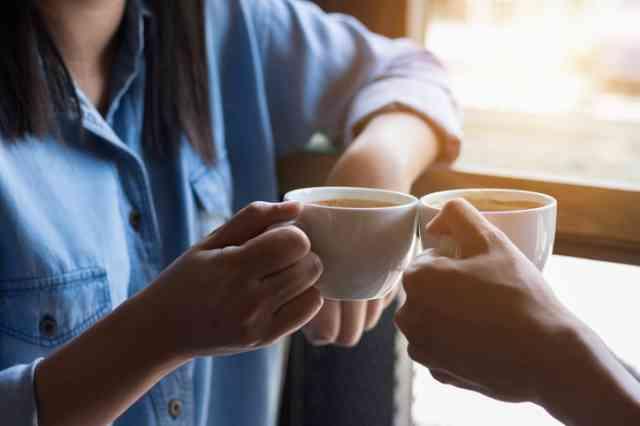 自宅でコーヒーを飲む人