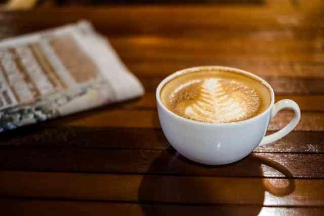 テーブル上にあるカフェラテ