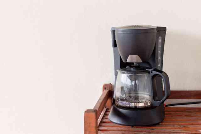 テーブル上にある家庭用コーヒーメーカー