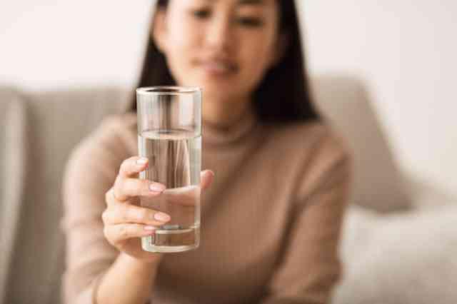水を手に持つ女性