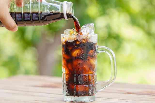 ペットボトルコーヒー氷入りのコップに注ぐ